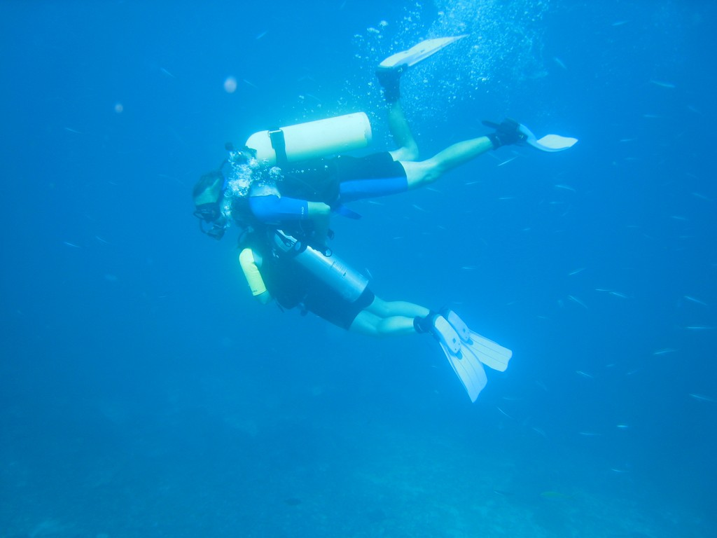 underwater-kiss